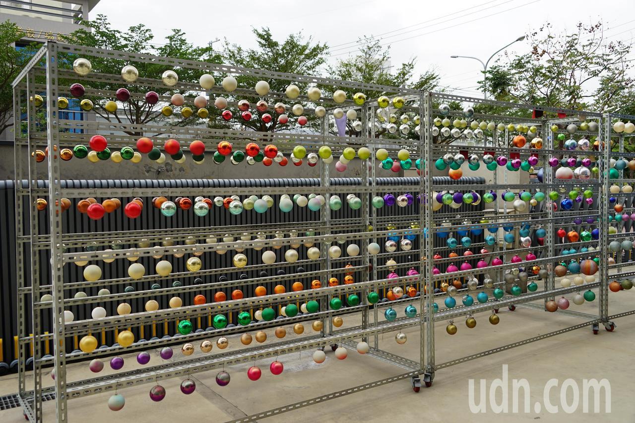 聯瑩工藝開發的耶誕燈飾也有抗UV功能,強調擺在戶外在陽光曝曬下,至少3個月不褪色...