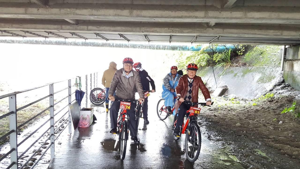 宜蘭蘇澳鎮的新城溪自行車道日前鋪設完工,鎮長陳金麟試騎,為宜蘭自行車旅遊拼上最後...