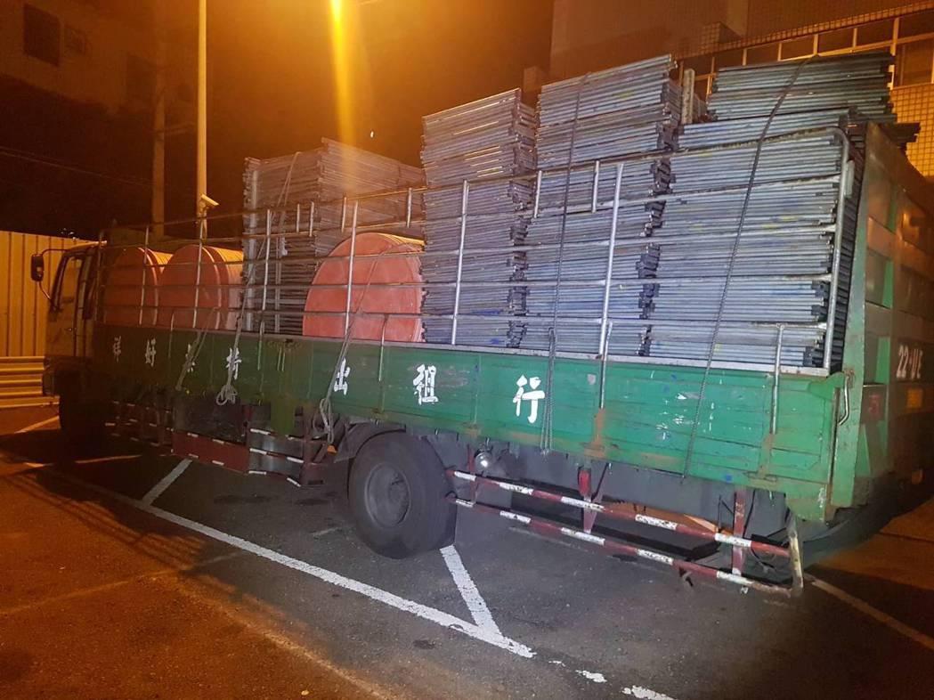一輛大貨車載運的活動桌子疑因未綁牢,昨晚散落國道1號苗栗縣銅鑼鄉路段,造成5車受...