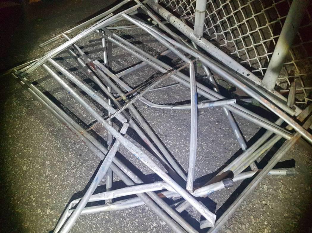 散落國道1號苗栗縣銅鑼鄉路段的活動桌子桌腳堅硬,造成5車受損,其中2車爆胎。記者...