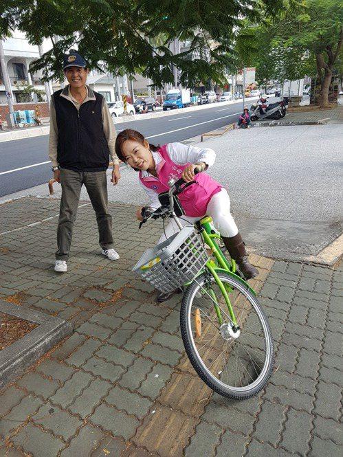 台南市議員林美燕上午到健康路試騎T bike,結果因路面不平相當吃力。 記者修瑞...