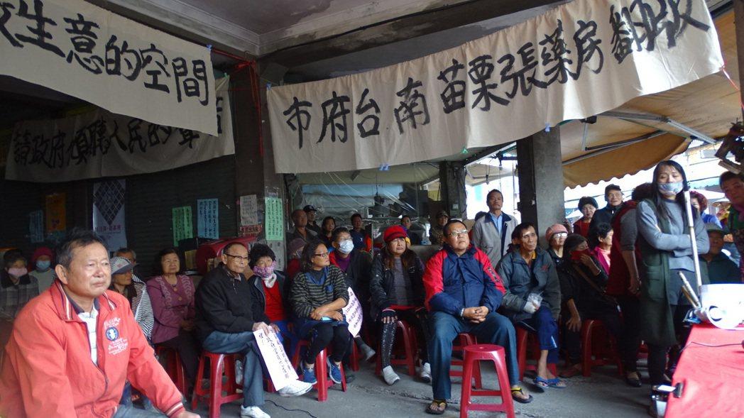 台南麻豆市四市場面臨拆除,攤商拉布條抗爭,質疑是苗栗張藥房翻版。記者謝進盛/攝影
