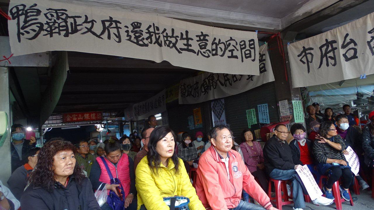 現場湧入大批攤商關心未來生計,鄉親們也來聲援。記者謝進盛/攝影