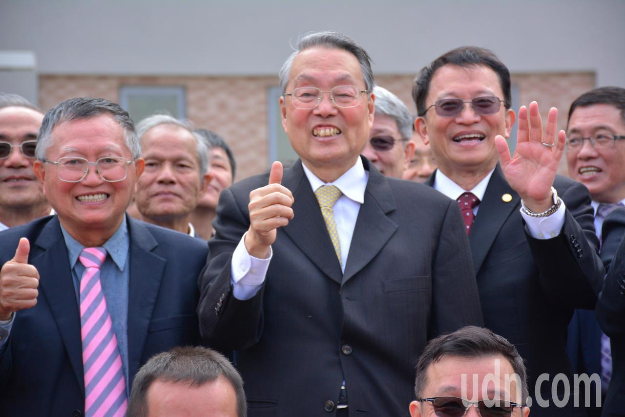 宏基創辦人施振榮(右二)以交大交友身分出席,並發起成立「財團發人台南市致遠基金會...