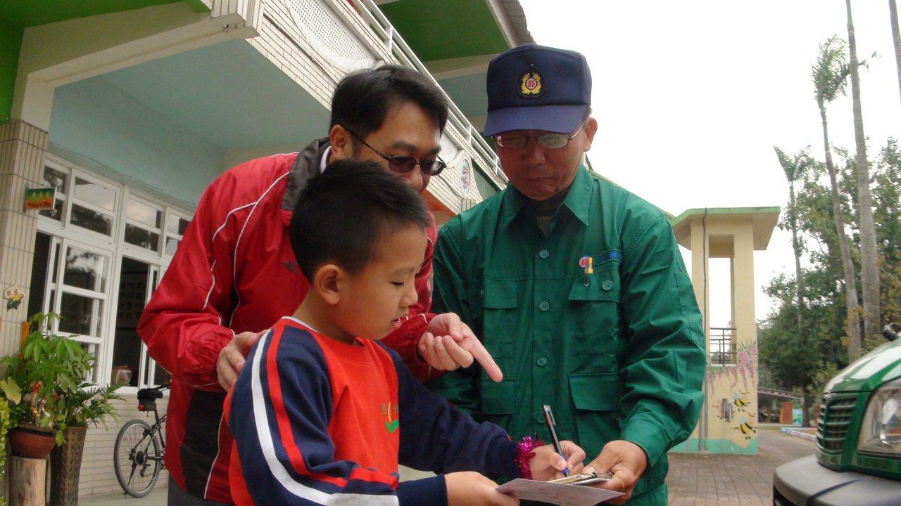 雲林縣重光國小最後一位替代役陳韋捷協助小朋友寫信給耶誕老公公,透過社群媒體的號召...