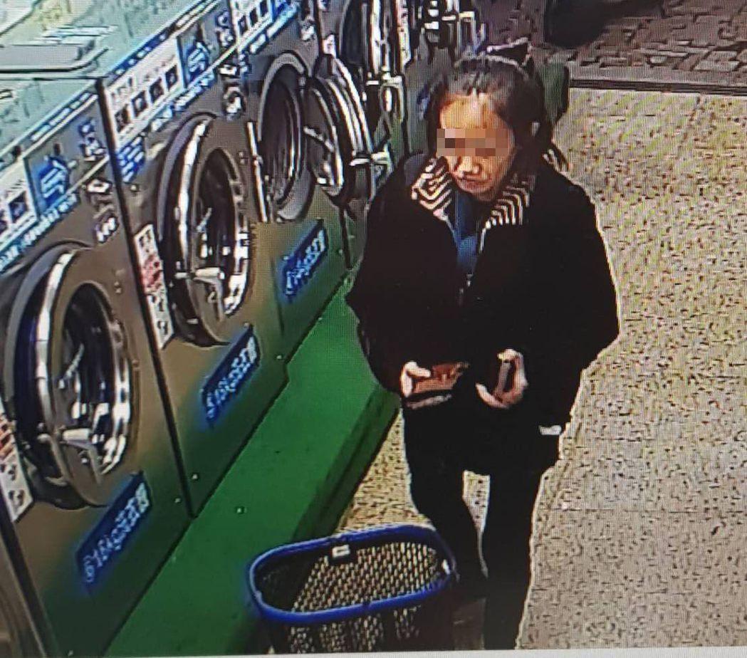 周女在自助洗衣店偷走別人的衣物。圖/翻攝畫面