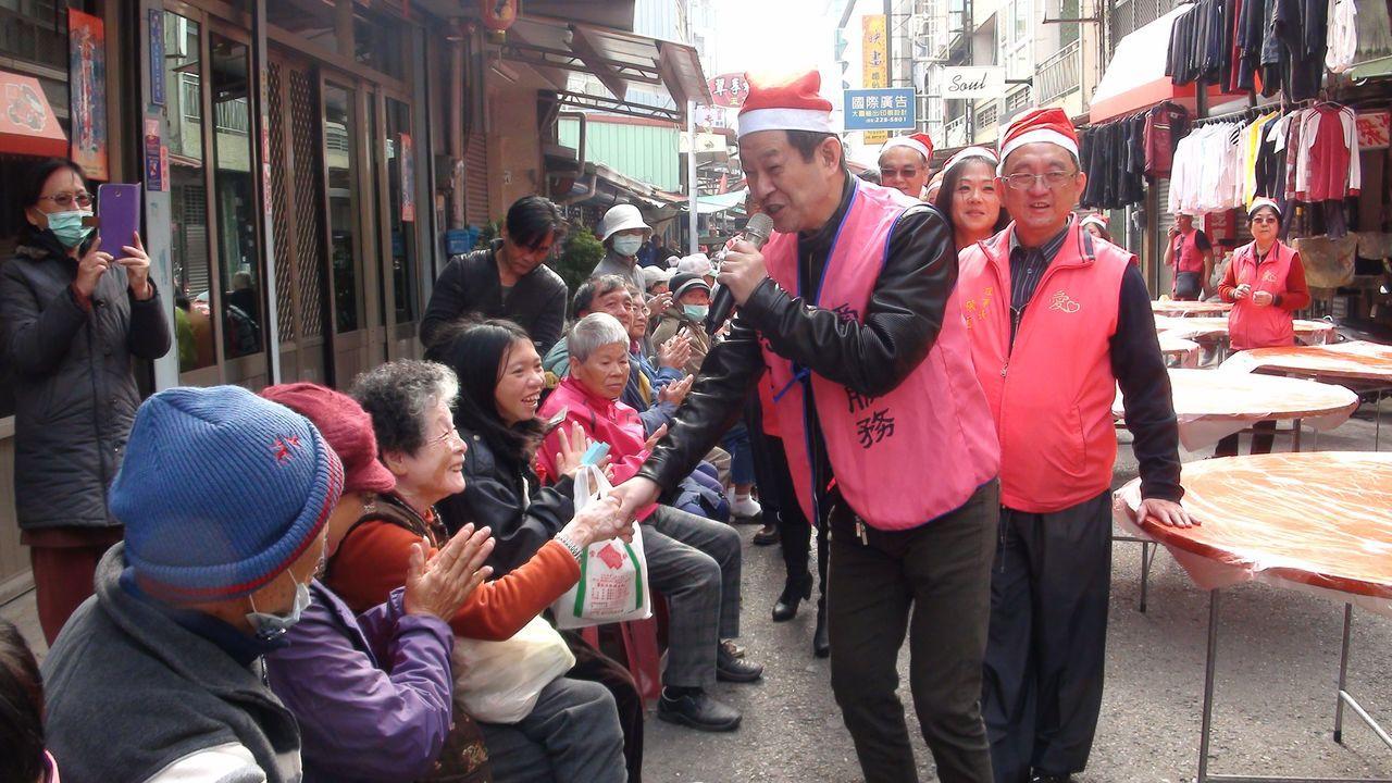 嘉義市愛鄉慈善會每周有2天準備愛心便當給街友或弱勢戶,今天是耶誕佳節,加碼準備麻...