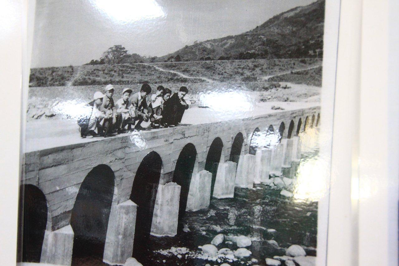 以前的竹林大橋曾經是水底橋,還有人直呼「這我小時候走過」。記者郭政芬/攝影