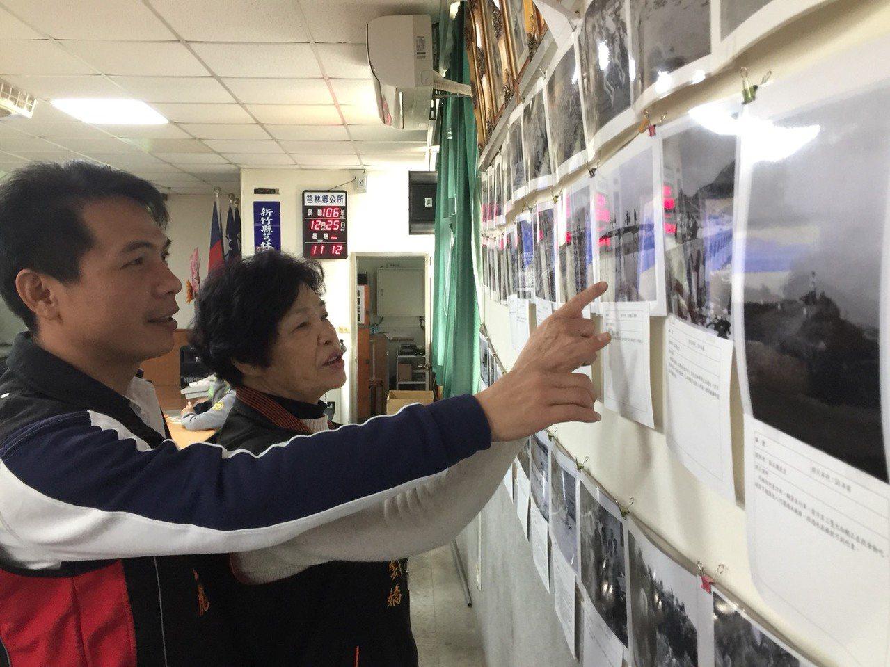 代表會主席黃正彪(左)和鄉長莊雲嬌兩人看著老照片,笑說「這真的是許多人的回憶」。...