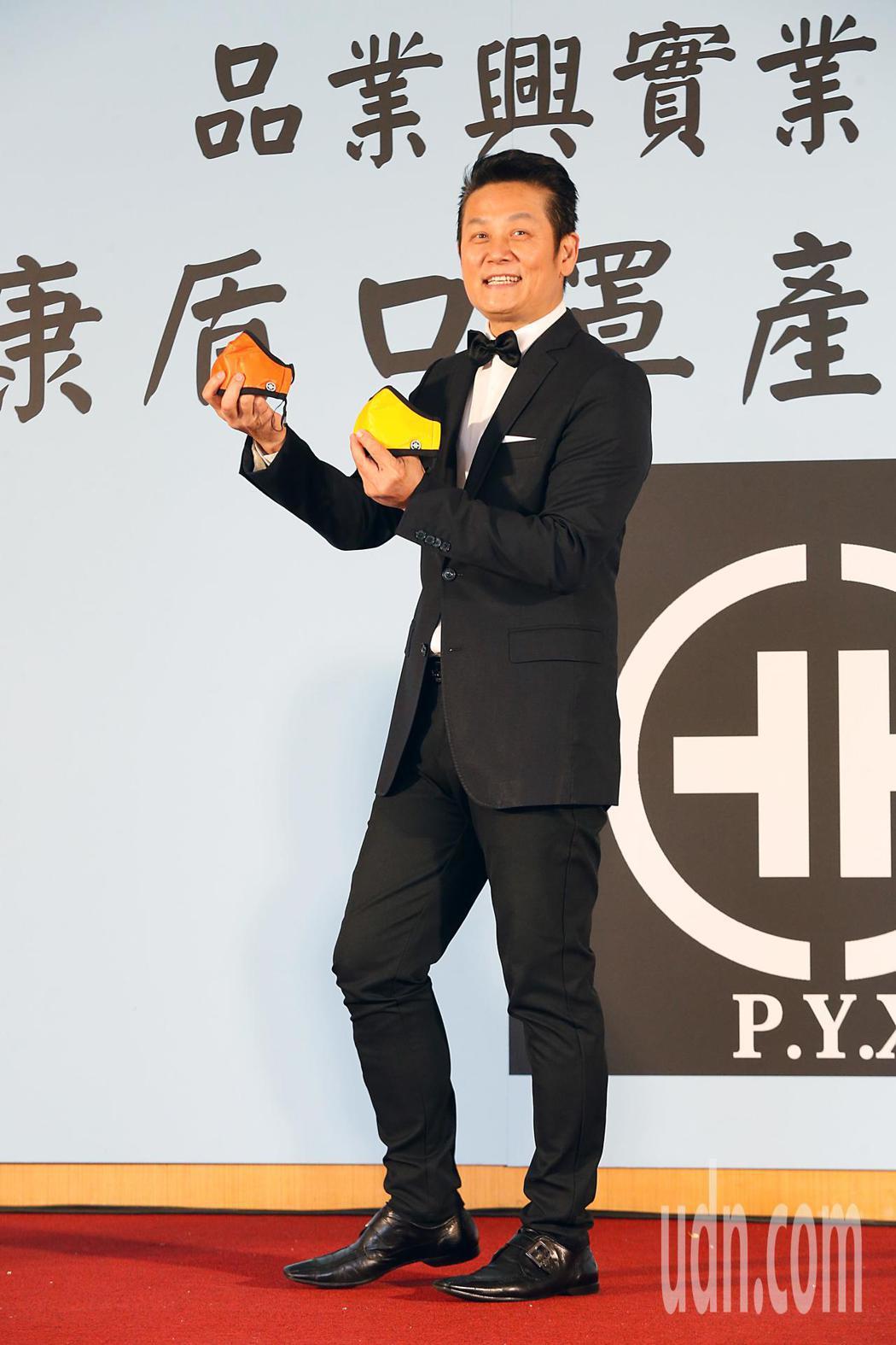 廠商推出防空汙口罩,邀請「乃哥」徐乃麟擔任代言人。記者鄭超文/攝影