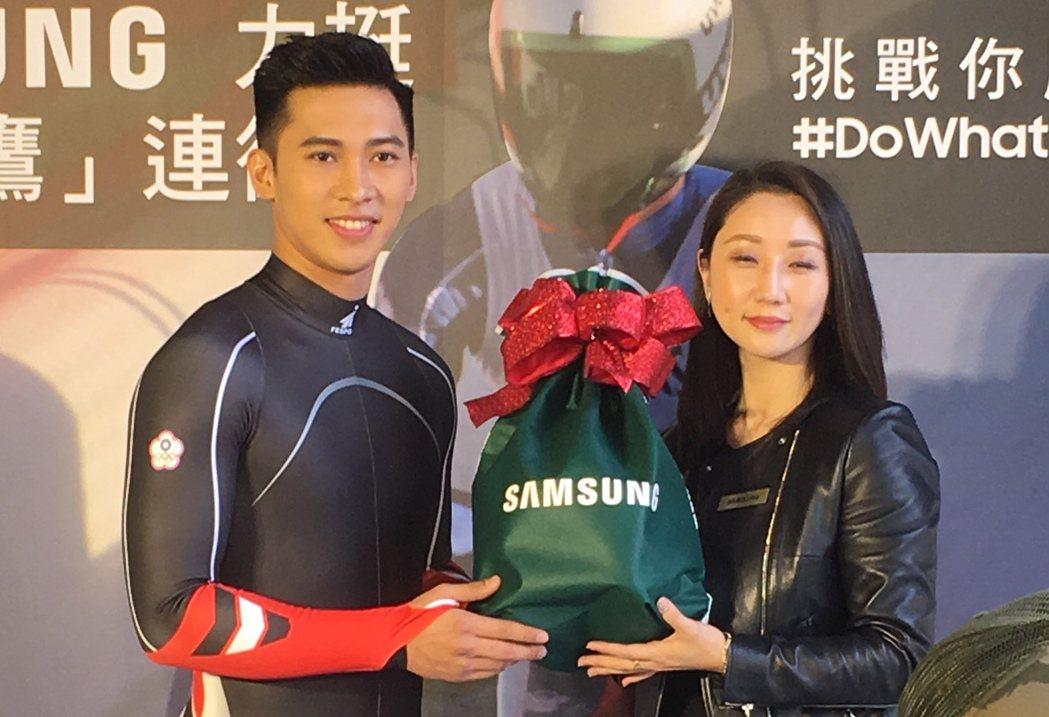 三星公關經理吳姿瑩致贈耶誕禮物給連德安。 記者曾思儒/攝影