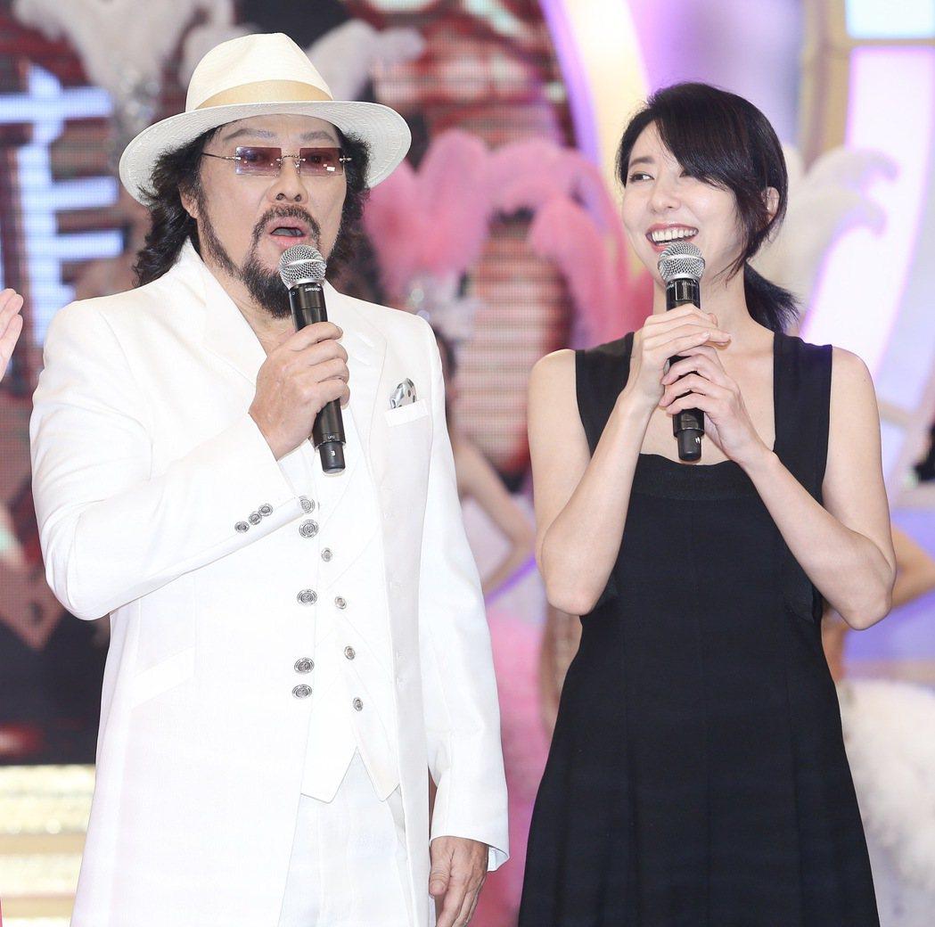 張菲(左)為新節目「綜藝菲常讚」舉行記者會,韓星金元萱(右)特地從韓國飛來站台。
