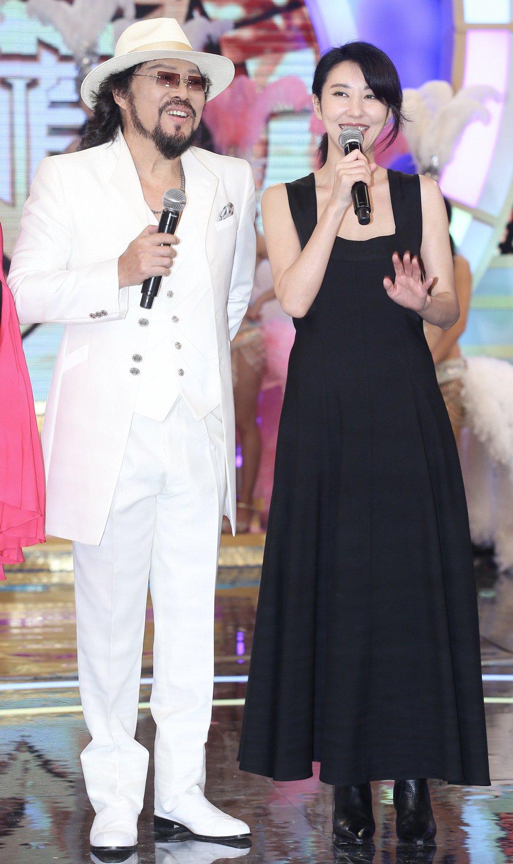 張菲(左)為新節目「綜藝菲常讚」舉行記者會,韓星金元萱(右)特地從韓國飛來站台。...