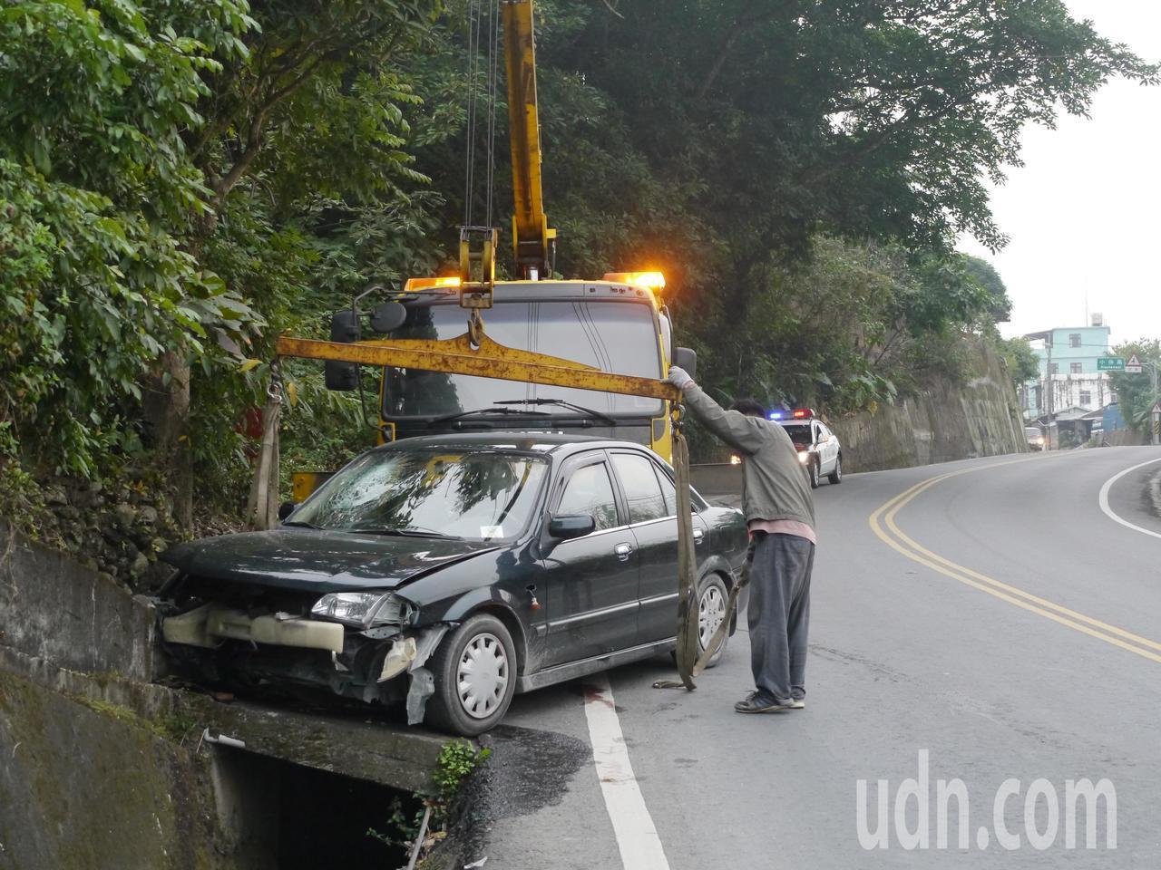 事故轎車從旗山往甲仙方向行駛,在下坡轉彎處失控撞邊坡。記者徐白櫻/攝影