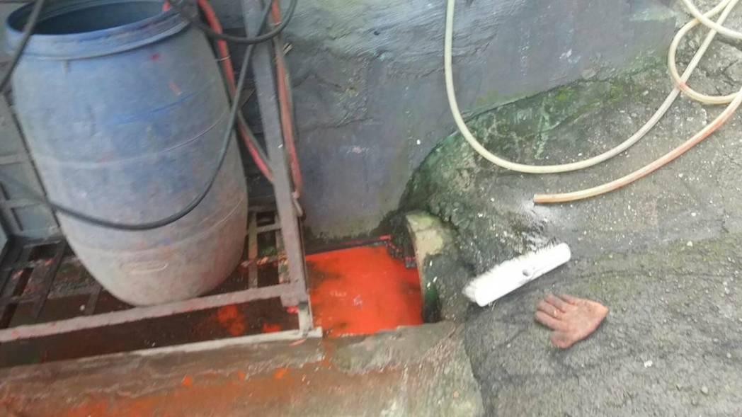 環保局人員到場稽查,確認是物流公司清洗打翻的油漆,直接將汙水排進小溪。圖/環保局...