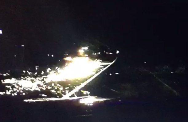 賓士車在國道三號沿途冒出火花,且不理會警察持續行駛。 記者林昭彰/翻攝
