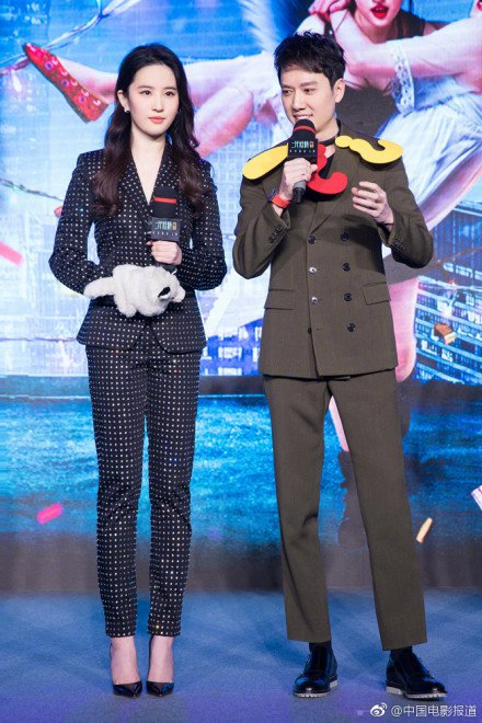 劉亦菲穿Moschino 2018早春系列的西裝套裝,滿版的水鑽裝飾搭配黑色尖頭...