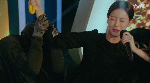 扮鬼的演員把手套露出來。圖/摘自tvN