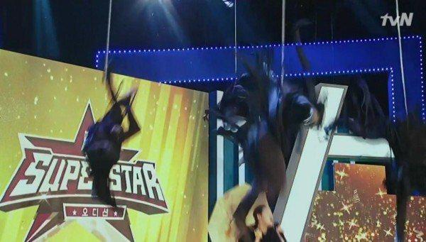 演員身上吊的鋼絲根根分明。圖/摘自tvN