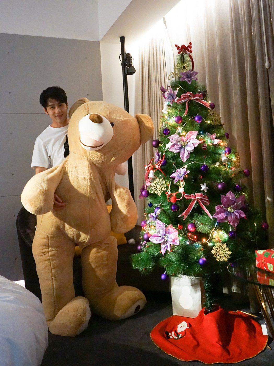 胡宇威藏身在大熊布偶中給粉絲耶誕驚喜。圖/寶麗來提供