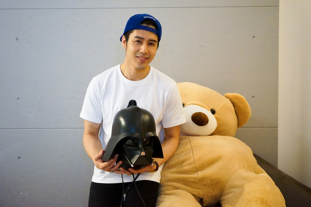 胡宇威收到「星際大戰」頭盔加濕器耶誕禮物,還搞笑拿來當帽子戴。圖/寶麗來提供