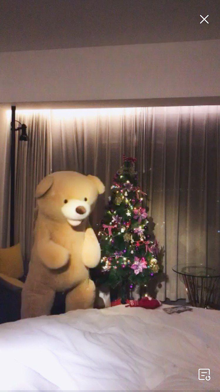 胡宇威藏身在大熊布偶內,讓工作人員也嚇一跳。圖/寶麗來提供