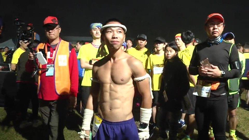 天寒地凍,原民肌肉男,造型神勇出現人群,引來不少尖叫聲。記者蔡維斌/翻攝