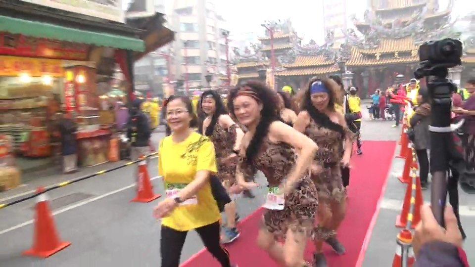 冰原歷險記的美女也邊跑邊舞,引人注目。記者蔡維斌/翻攝