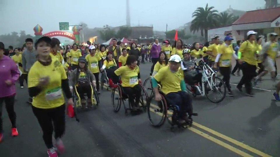 今年增加輪椅組,每位身障選手賣力往前跑。記者蔡維斌/翻攝