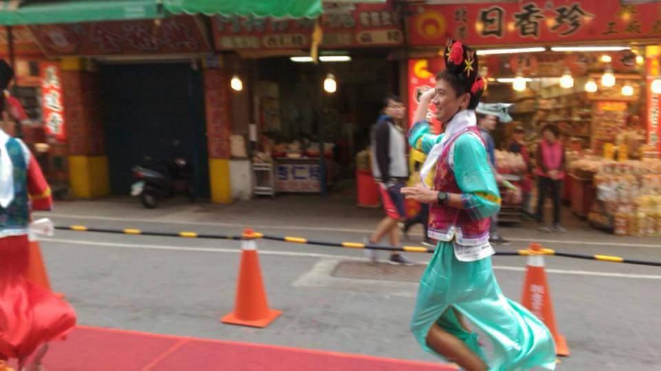 搞笑版的還珠格格也參加路跑,曼妙輕步的獨特跑法,略帶嬌氣,一路跑著引來不少笑聲和...