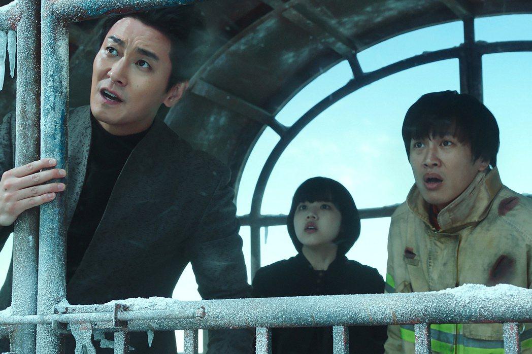 朱智勳(左)、金香起(中)要通過地獄的重重關卡,幫助車太鉉(右)轉世。圖/采昌提