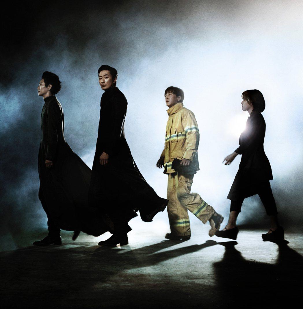 朱智勳(左起)、河正宇、車太鉉以及金香起在「與神同行」中有精彩合作演出。圖/采昌...