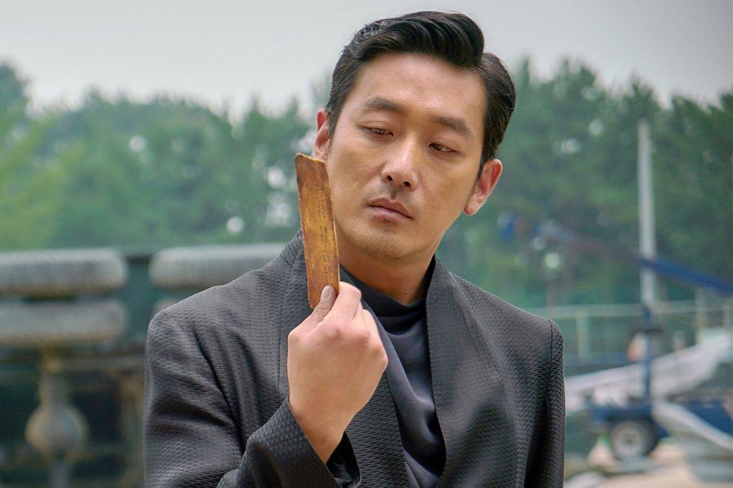 韓國影帝河正宇飾演陰間使者「江林公子」,氣場相當強大。圖/采昌提供