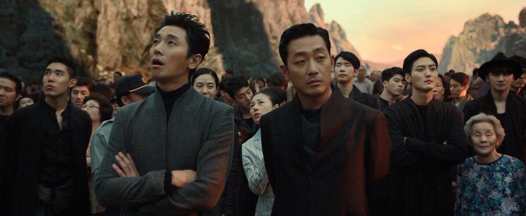河正宇(中右)與朱智勳(中左)飾演陰間使者。圖/采昌提供