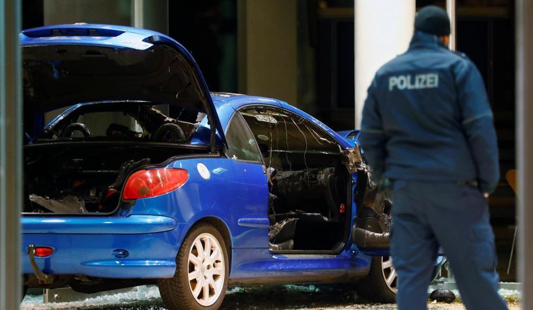 德國一名男子在平安夜晚上駕車衝撞社民黨總部。路透
