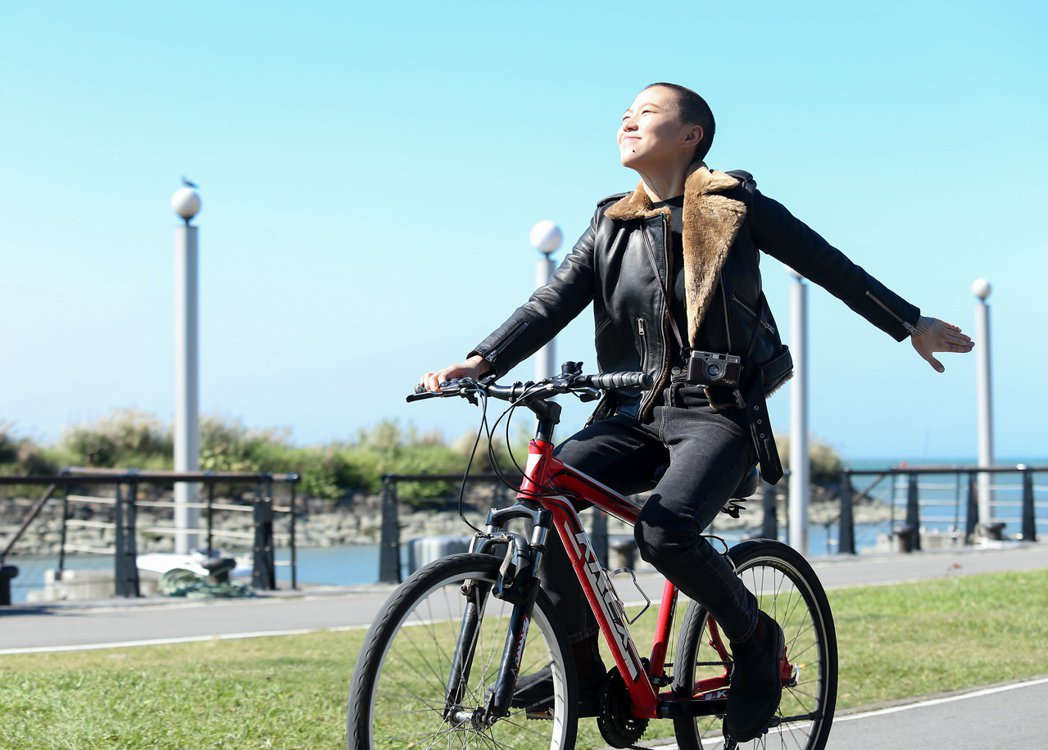 喜愛旅行的竇靖童,為宣傳新作來到台灣,還探訪了淡水老街,騎著腳踏車在淡水河邊穿梭...