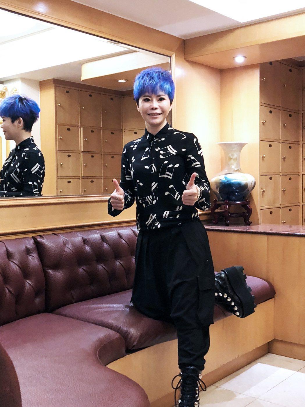 為了2018的新春場演唱會,詹雅雯特地染了一個藍紫色頭髮。圖/寬宏藝術提供