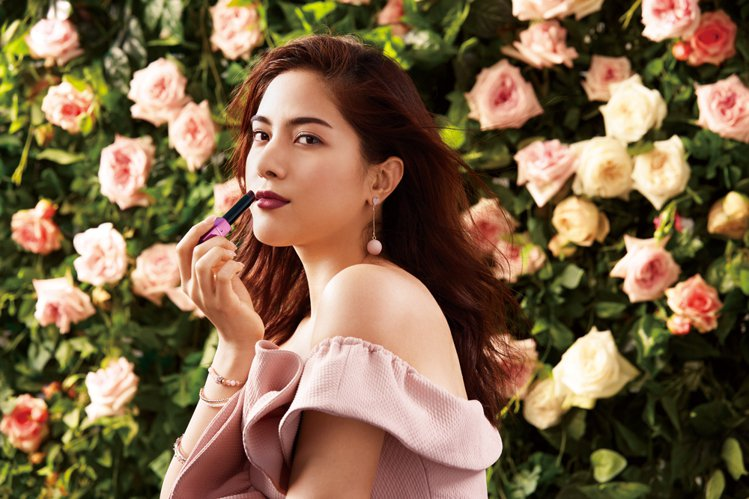 玫瑰唇色是2017開架美妝的重點潮流。圖/Za提供
