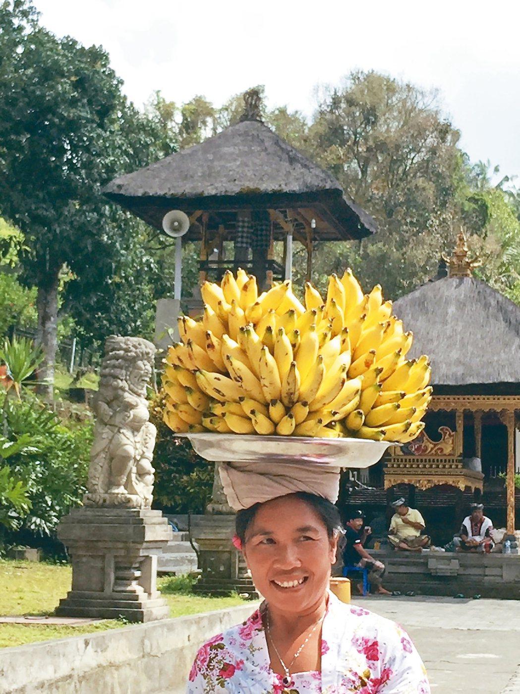 聖泉寺附近賣香蕉的婦女,頂上功夫了得。 記者錢欽青/攝影