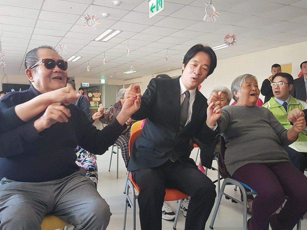 長照員給付新制元旦上路。圖為行政院長賴清德昨天南下台南參觀長照機構,與老人家一起...