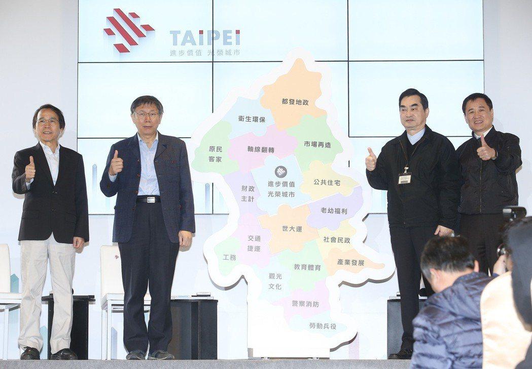 台北市長柯文哲(左二)與副市長林欽榮(左一)、鄧家基(右二)、陳景峻(右一)昨天...