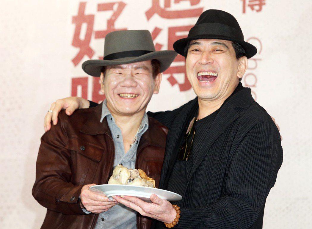 好友高捷(右)帶來人參雞湯及娃娃與趙傳敘舊。記者徐兆玄/攝影