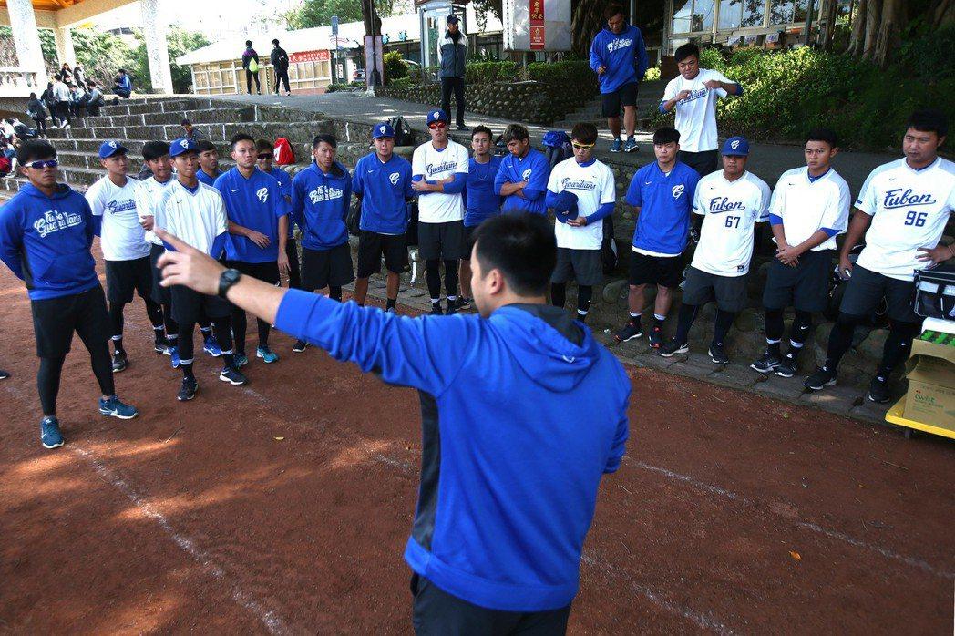 悍將22位年潛力選手提前與球隊會合,上午在淡水真理大學操場透過重量訓練營建立正確...