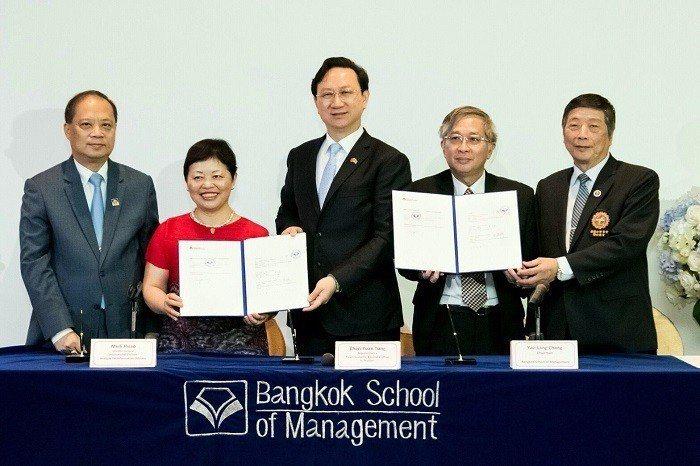 泰國曼谷管理學院董事長張耀浪(右二)暨資策會國際處處長蕭美麗(左二)在駐泰國文化...