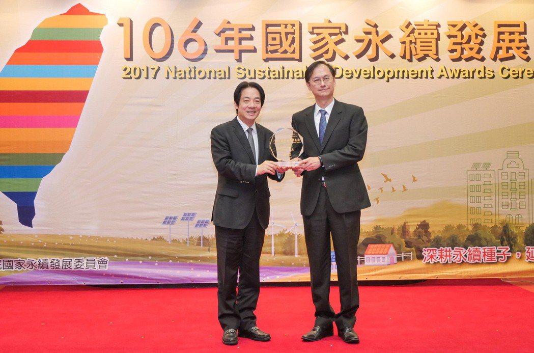 聯華電子總經理簡山傑(右)接受行政院長賴清德的頒獎。 聯華電子/提供