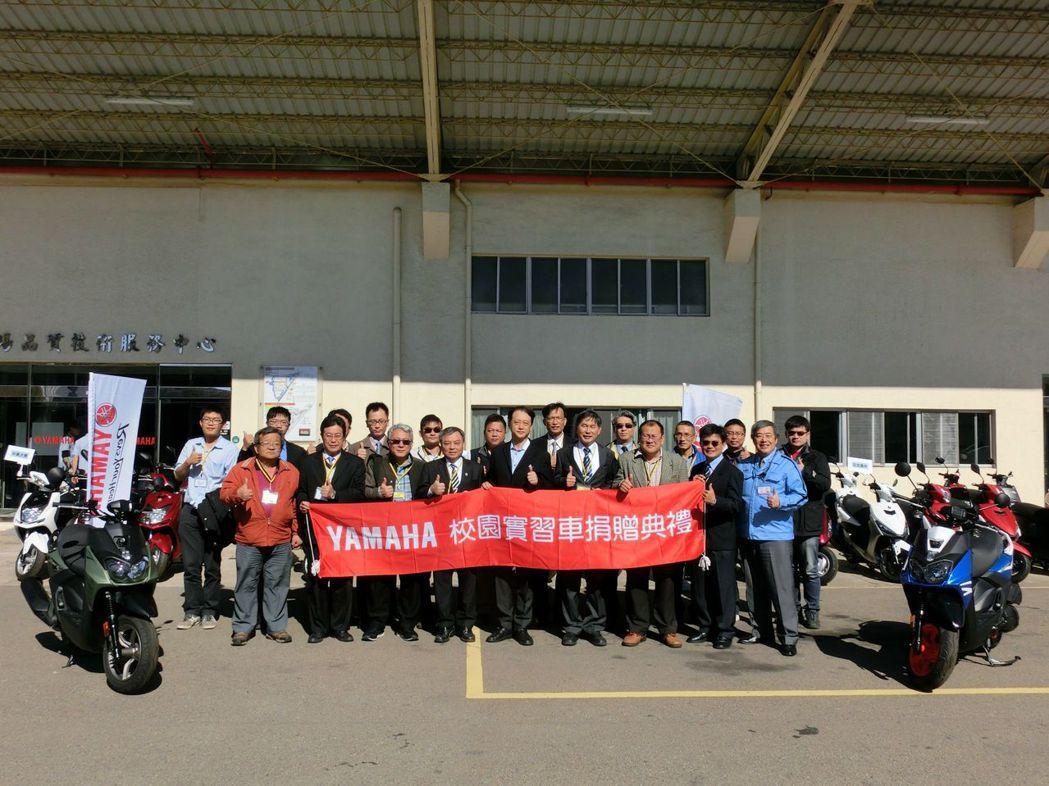 2017年校園捐贈車式典,台灣YAMAHA總經理武田真二(前排中)與全體12所學...