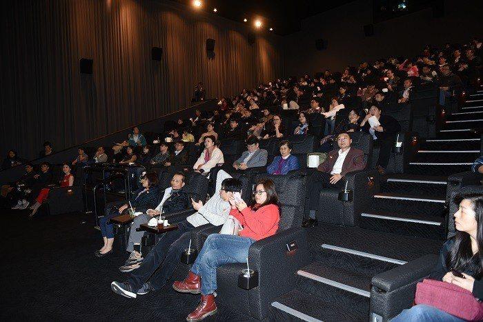 舉辦「幸福500」公開活動,邀請500位已購客戶觀賞電影大娛樂家。 圖/遠雄提供