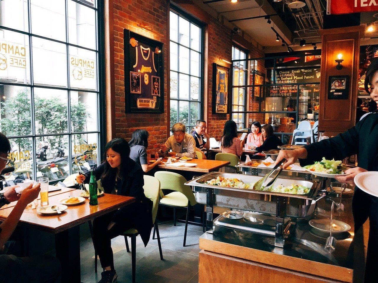 美式餐廳「CAMPUS CAFE」。圖/台中廣三SOGO提供