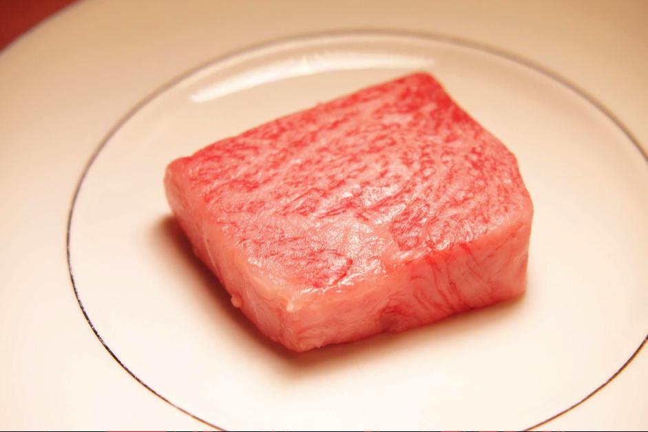 細緻的霜降油花紋路與優質的油脂品質,是近江牛好吃的秘訣。 業者/提供。