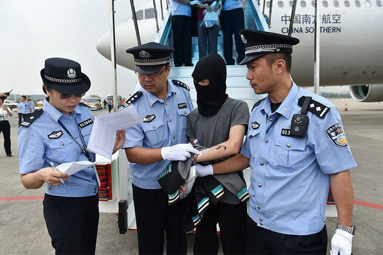 2016年,129名電信網絡詐騙犯罪嫌疑人(中國籍51人、台灣籍78人),從亞美尼亞被帶往中國大陸在廣州白雲國際機場。 圖/新華社